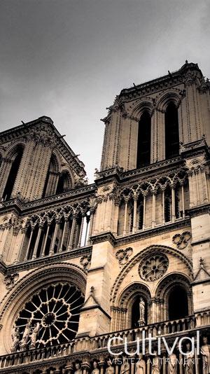 PARIS COTE OBSCUR Devant la Statue de Charlemagne visite de monument